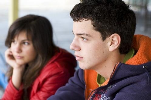 Jongen meisje staren