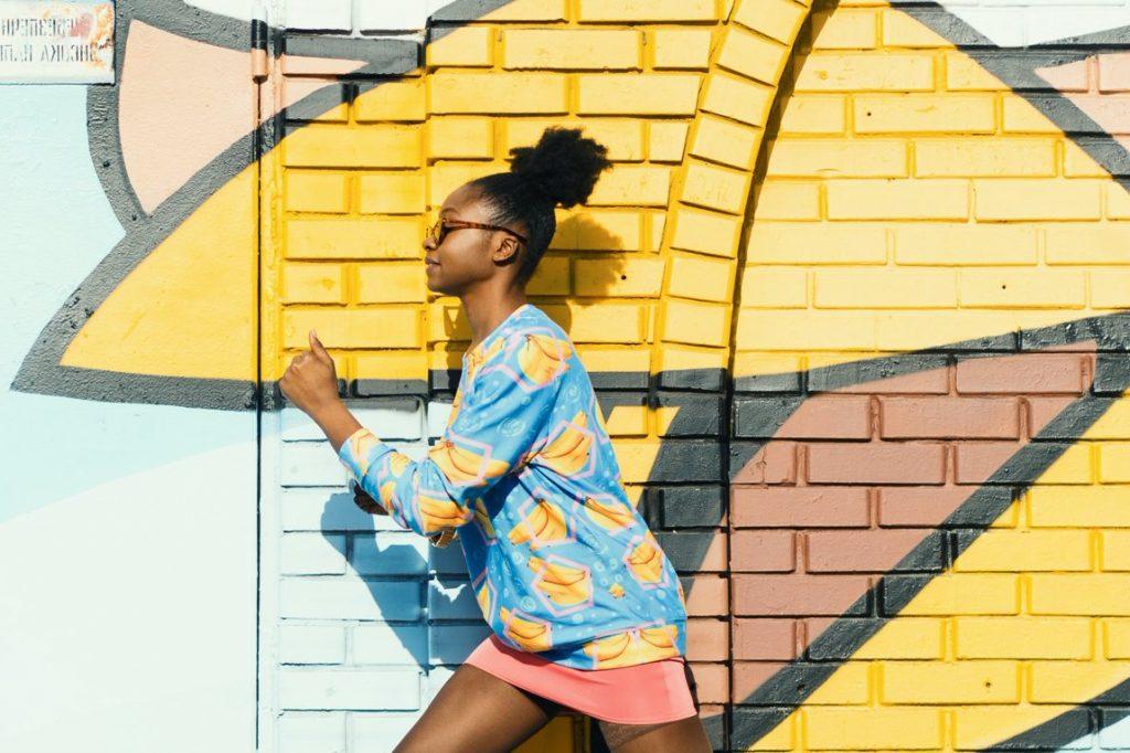 Meisje rennen graffitimuur
